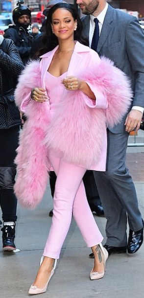 rih pink stole head to toe